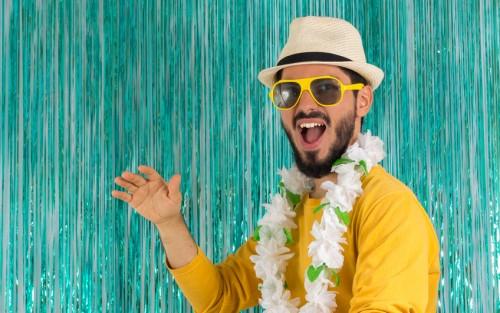 Ein gut gelaunter Mann in sommerlicher Partykleidung