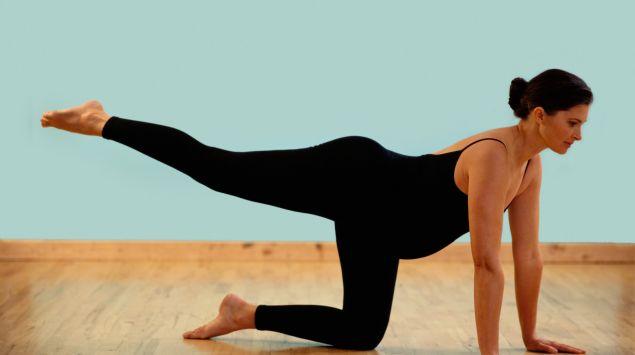 Schwangere macht Beingymnastik.