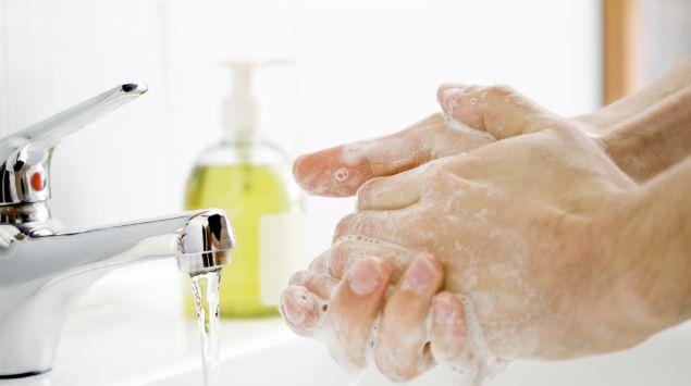 Jemand wäscht sich die Hände mit Wasser und Seife.