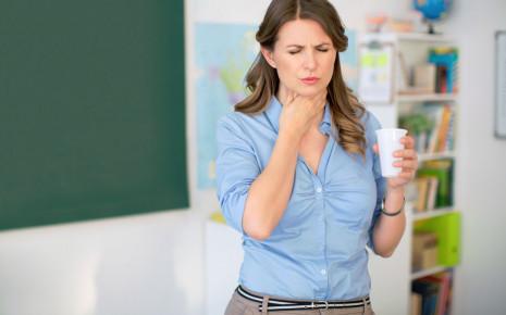 Bei einer akuten Rachenentzündung treten plötzlich Halsschmerzen auf.