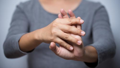 Eine Frau dehnt ihre Hände.