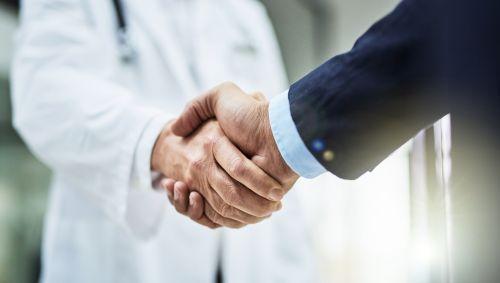 Arzt und Patient schütteln sich die Hände