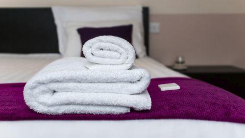 Handtücher auf einem Bett.