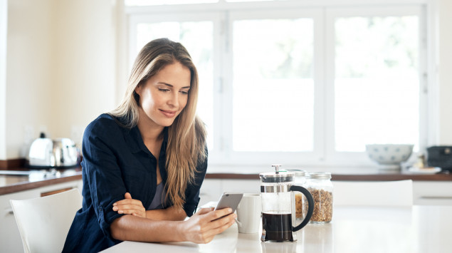 Frau liest Onmeda Newsletter auf iPad