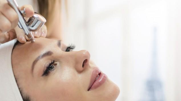Das Gesicht einer Frau wird kosmetisch behandelt.