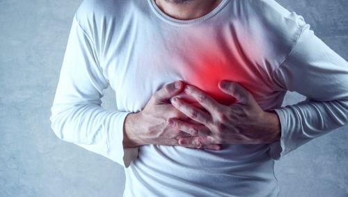 Das Bild zeigt einen Mann mit Herzschmerzen.