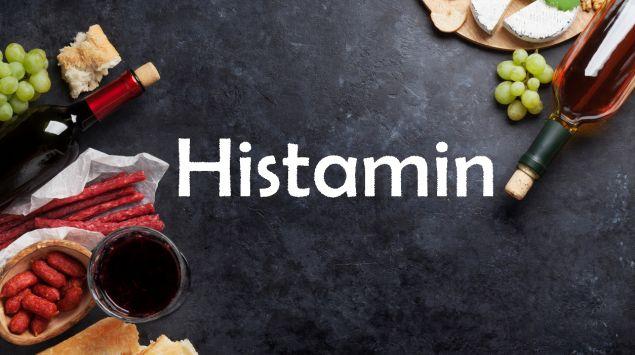 Man sieht eine Tafel mit dem Schriftzug Histamin und verschiedene Lebensmittel.