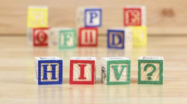 Das Bild zeigt Holzbuchstaben HIV.