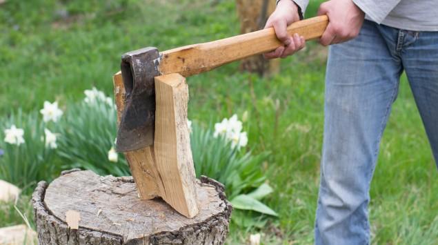 Ein Mann hackt Holz.