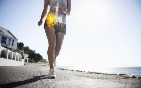 Mit Sport kann man einer Coxarthrose vorbeugen. Wichtig dabei: Wenn die Hüfte jedoch durch eine Fehlstellung stark belastet wird, kann dies eine Arthrose begünstigen.
