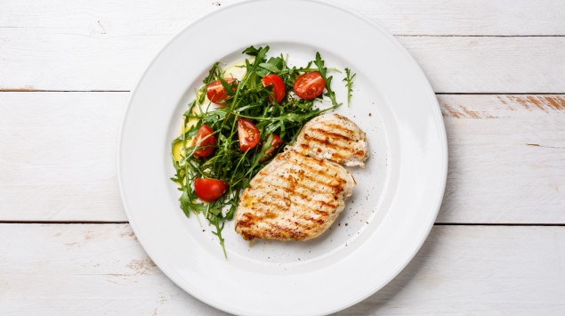 Hühnerbrust mit Salat.