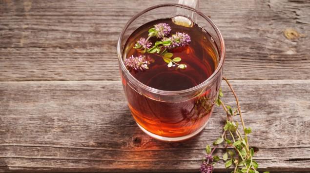 Ein Glas Tee mit Kräutern
