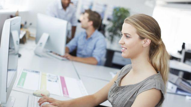 Das Bild zeigt eine junge Frau im Büro.