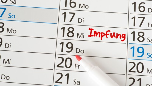 Ein Kalender, in dem ein Termin zur Impfung vermerkt ist.