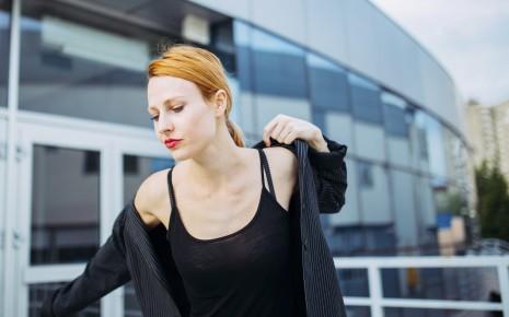 Beim Impingement-Syndrom können schon alltägliche Dinge wie das Anziehen schwerfallen.