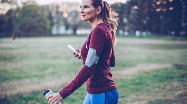 Frau joggt im herbstlichen Park