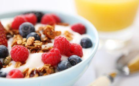 Ein gutes Frühstück ist wichtig! Fertig gemischte Müslis aus dem Supermarkt sind allerdings häufig kein guter Start in den Tag – einige von ihnen hätten eher einen Platz in der Süßwarenabteilung verdient. Vor allem die knusprigen Varianten enthalten Unmengen an Zucker, Fett und diverse Zusatzstoffe.
