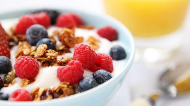 Man sieht eine Schale mit Joghurt, Müsli und Früchten.