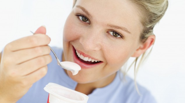 Eine Frau ist ein Joghurt.