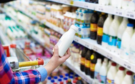 """Die Hersteller der nahezu fettfreien Trinkjoghurts werben mit Aufdrucken wie """"Schlanke Linie"""" oder """"Leichter Genuss"""". Klingt zumindest auf den ersten Blick nach einem gesunden und vitaminreichen Nahrungsmittel. Tatsächlich enthalten diese Lebensmittel aber viel Zucker oder Süßstoffe."""