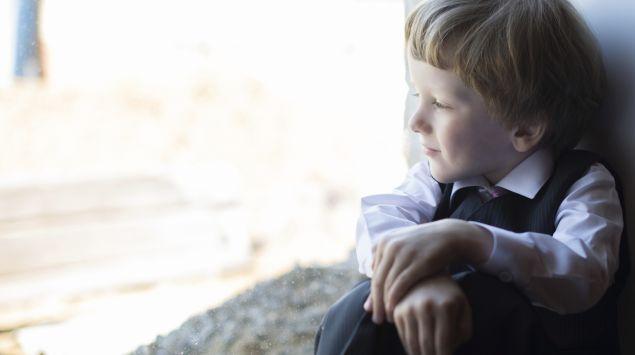 Ein kleiner Junge schaut aus dem Fenster.