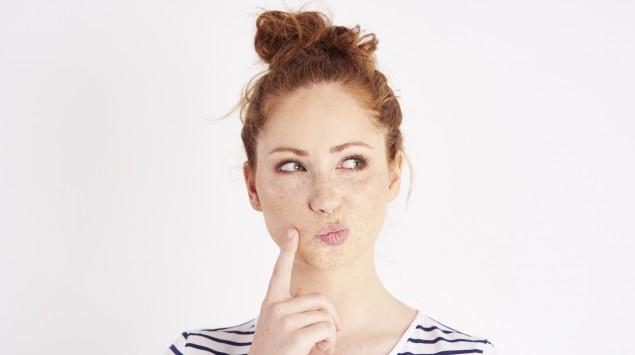 Eine junge Frau denkt über etwas nach: Ob Stinknase oder Fischgeruch, es gibt viele kuriose medizinische Phänomene.