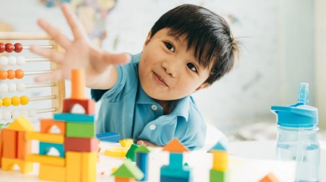 Kleiner Junge spielt im Kindergarten.