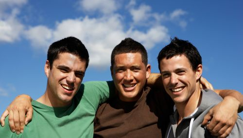 Drei junge, befreundete Männer