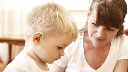 Eine schüchterner blonder Junge, neben ihm seine Mutter.