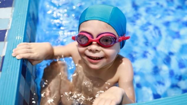 Ein Junge in einem Schwimmbecken.