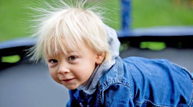 Ein Junge mit elektrisch aufgeladenen Haaren.