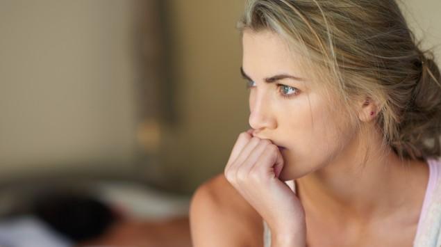 Eine junge Frau guckt nachdenklich.