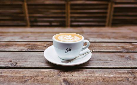 Das Bild zeigt eine Tasse Kaffee auf einem Tisch.