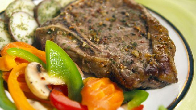 gebratenes Kalbfleisch auf Gemüse