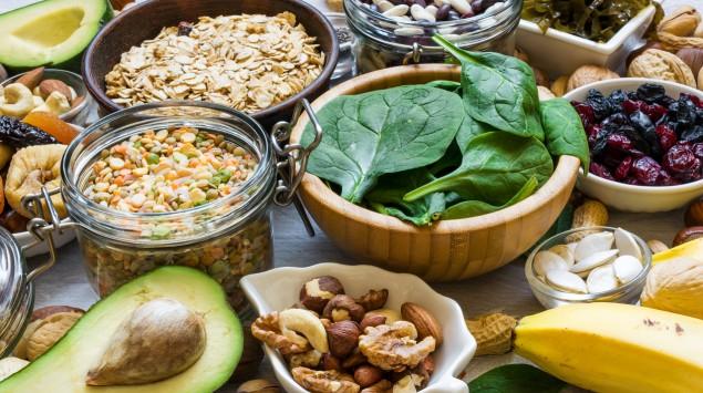 Man sieht verschiedene pflanzliche Lebensmittel.