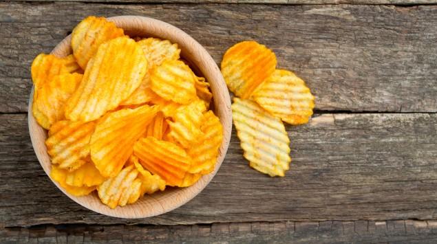 Eine Schale mit Kartoffelchips.