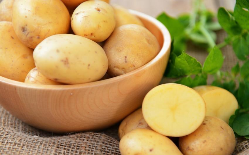 Man sieht eine Schale mit rohen Kartoffeln.