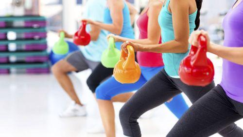 Das Bild zeigt eine Sportgruppe mit Kettlebells.