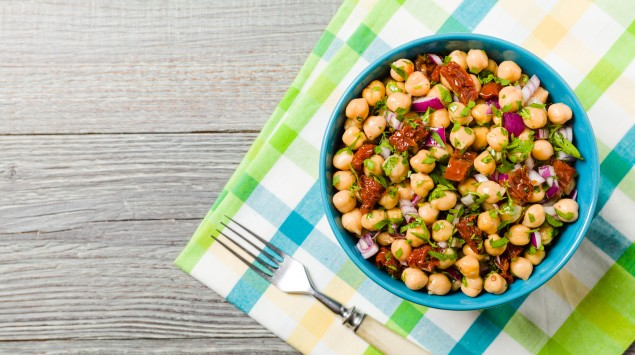 Man kann Kichererbsen vielfältig zubereiten – etwa als Salat.