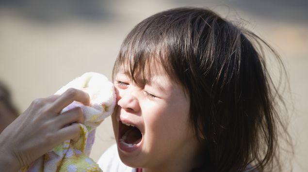 Ein kleines Kind weint und schreit.