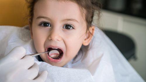 baby knirscht mit den zähnen