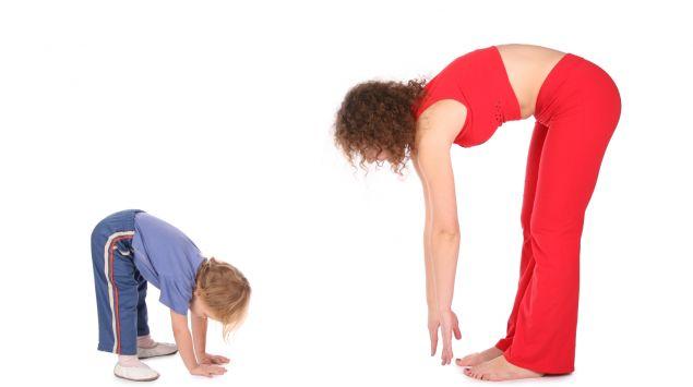 Mutter und Kind machen Dehnübungen.