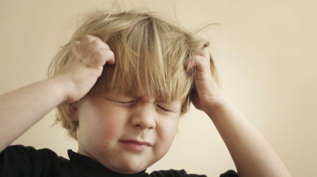 Ein Kind kratzt sich am Kopf.