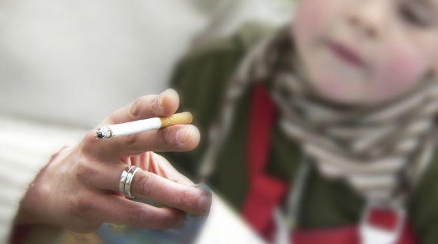 Jemand raucht in Gegenwart eines Kindes.