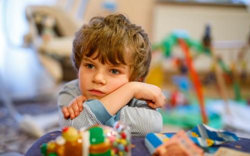 Das Bild zeigt ein trauriges Kind.