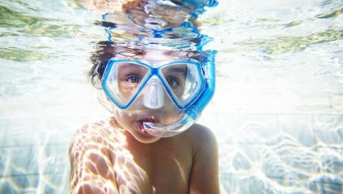 Das Bild zeigt ein junges Mädchen unter Wasser.