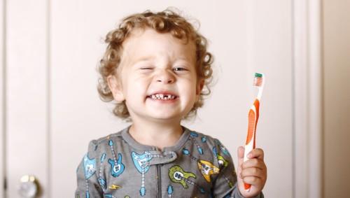 Junge beim Zähneputzen im Bad