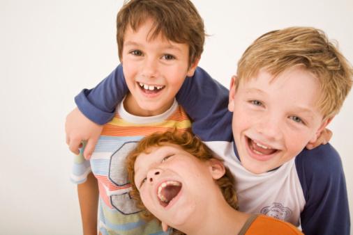 Drei Jungs lachen.