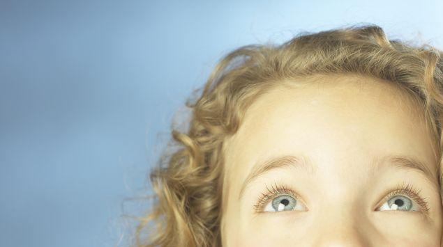 Das Bild zeigt ein Kind, das nach oben schaut.