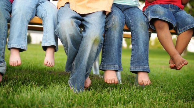 Man sieht Kinderbeine in Jeans.